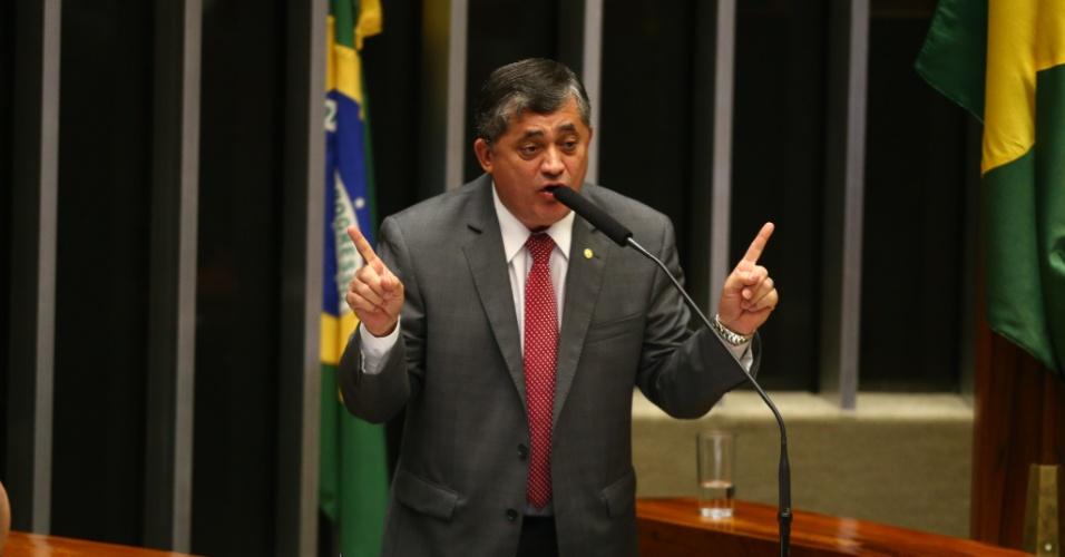 """15.abr.2016 - O líder do Governo na Câmara, José Guimarães (PT-CE), discursa no plenário da Câmara dos Deputados durante debate sobre o impeachment da presidente Dilma Rousseff. 'Se a oposição afirma ter votos suficientes [para aprovar o processo], que mostre sua lista. Eu tenho a minha aqui. Nós não teremos menos de 200 votos"""", garantiu"""