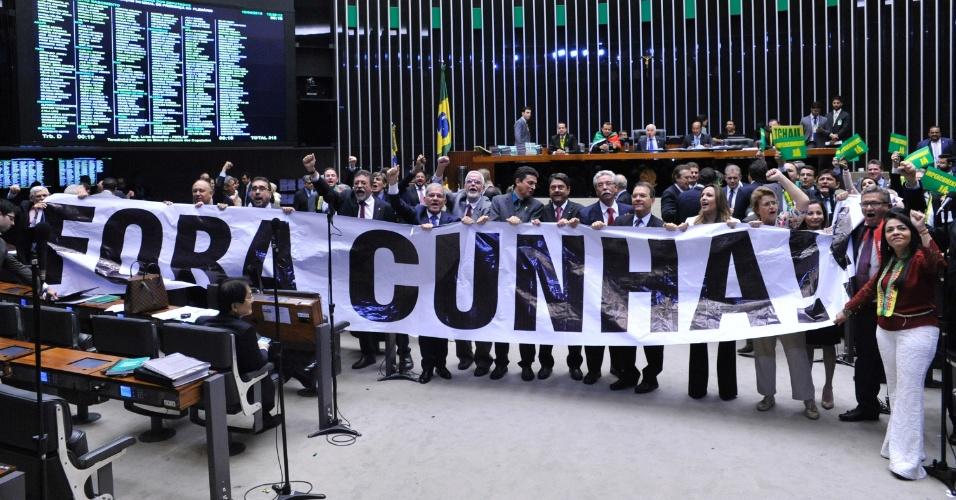 """16.abr.2016 - Deputados exibem uma faixa com a frase """"Fora Cunha"""" durante a sessão da Câmara dos Deputados que discute se o processo de impeachment da presidente Dilma Rousseff deve ser aceito"""