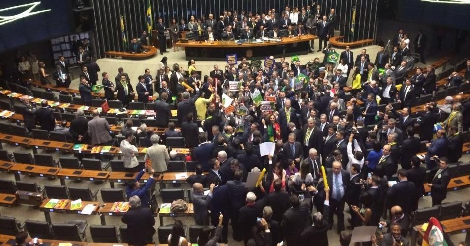 17.abr.2016 - O presidente da Câmara, Eduardo Cunha (PMDB-RJ), acaba de abrir a sessão em que os deputados decidirão, em votação aberta, sobre a continuidade do processo de impeachment da presidente Dilma Rousseff (PT). São necessários 342 votos na Casa de 513 parlamentares para que o processo avance rumo ao Senado