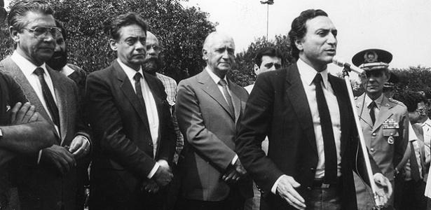 Temer (ao microfone) nos tempos do governo Montoro (ao centro), seu padrinho político - Folhapresss