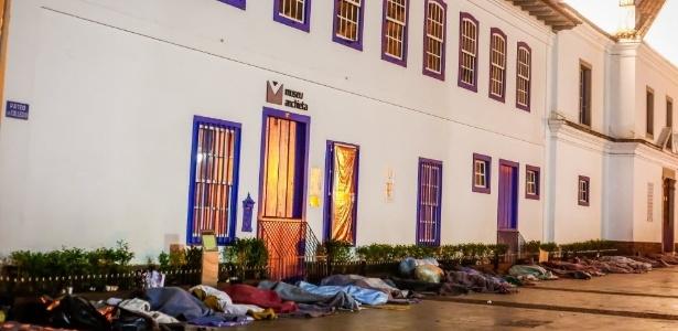 Com o frio, moradores de rua sofrem para dormir no centro de São Paulo