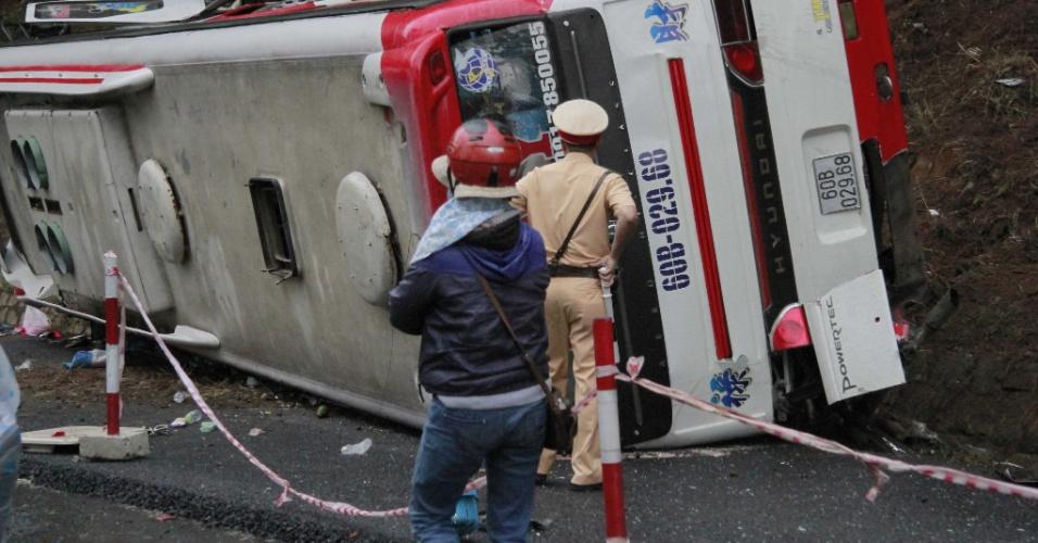 19.jun.2016 - Equipes de resgate inspecionam veículo que tombou após um grave acidente de trânsito em Da Lat, província de Lam Dong, no Vietnã. Pelo menos sete pessoas morreram e outras dez ficaram feridas