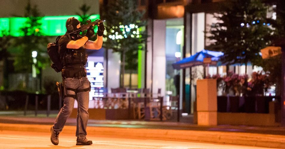 22.jul.2016 - Polícia cerca a região nos arredores do shopping Olympia, em Munique, Alemanha, após o tiroteio que deixou mortos e feridos no centro comercial