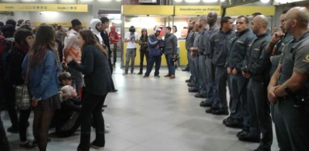Seguranças do metrô impedem manifestantes de embarcar sem pagar - Luís Indriunas/UOL