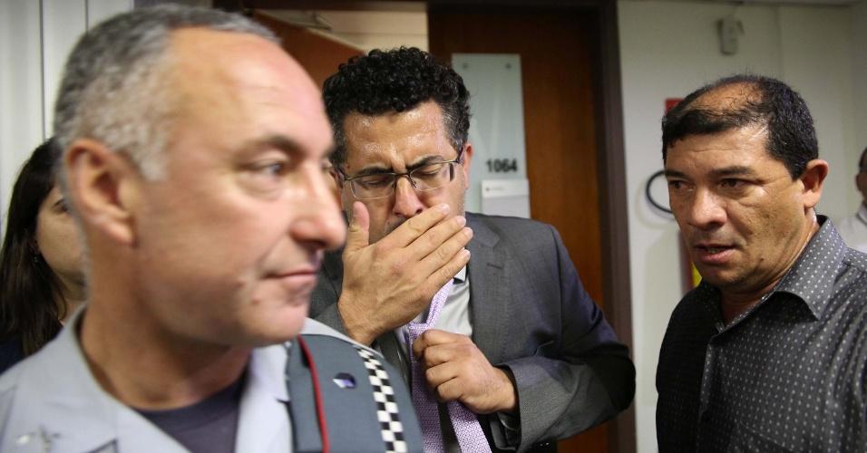 14.set.2016 - Deputado Alencar Santana Braga (PT) passa mal com gás de pimenta usado por policiais para dispersar tumulto durante reunião da CPI da Merenda, na Assembleia Legislativa de São Paulo (SP). A CPI vai apurar a suspeita de fraudes no fornecimento de alimentos para escolas estaduais