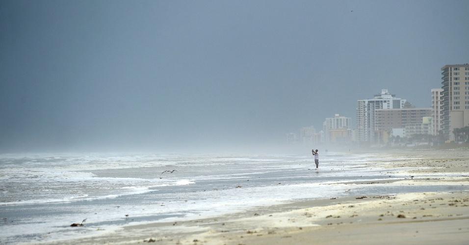 6.out.2016 - Homem fotografa o mar de Daytona Beach, na costa leste da Flórida, por onde deve chegar o furacão Matthew nesta sexta-feira (7)