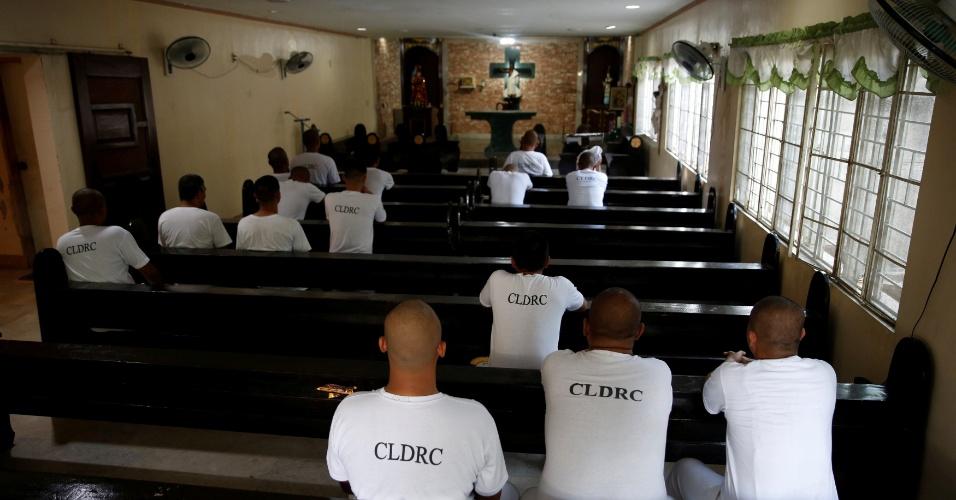 6.out.2016 - Usuários de drogas rezam em capela de centro de reabilitação, na província de Pampanga, Filipinas