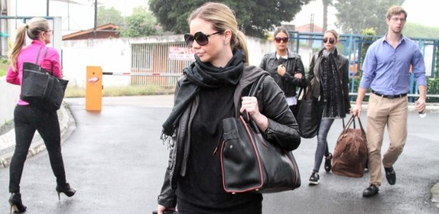 Filhos de Cunha chegam à sede da PF carregando malas