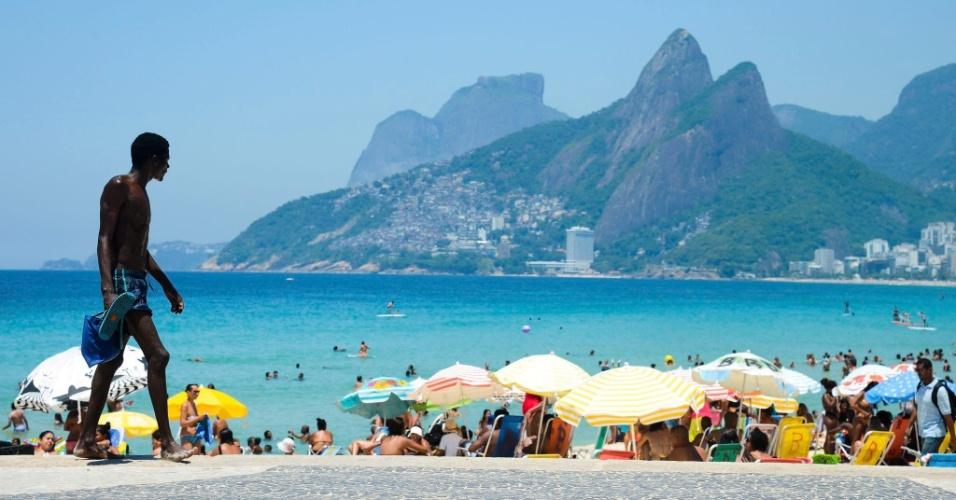 26.dez.2016 - Banhistas aproveitam a alta sensação térmica, que chegou a 44,9°C no Rio de Janeiro, para curtir a praia do Arpoador, em Ipanema, zona sul da cidade