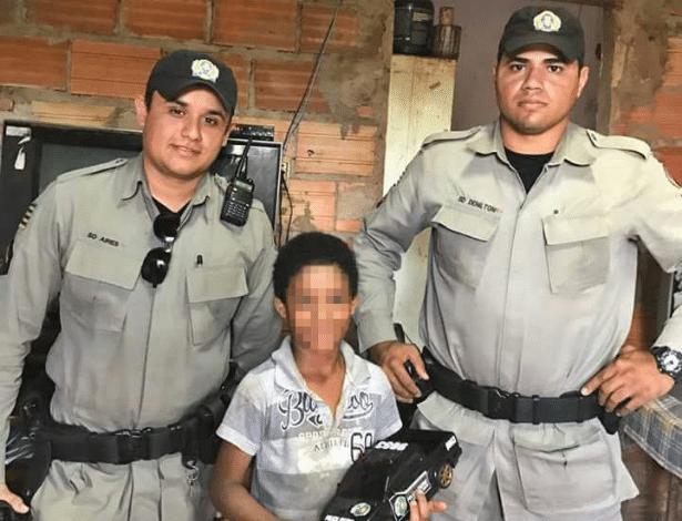 """Soldados deram """"kit"""" a menino que procurava material escolar no lixo em Rio Verde (GO)"""