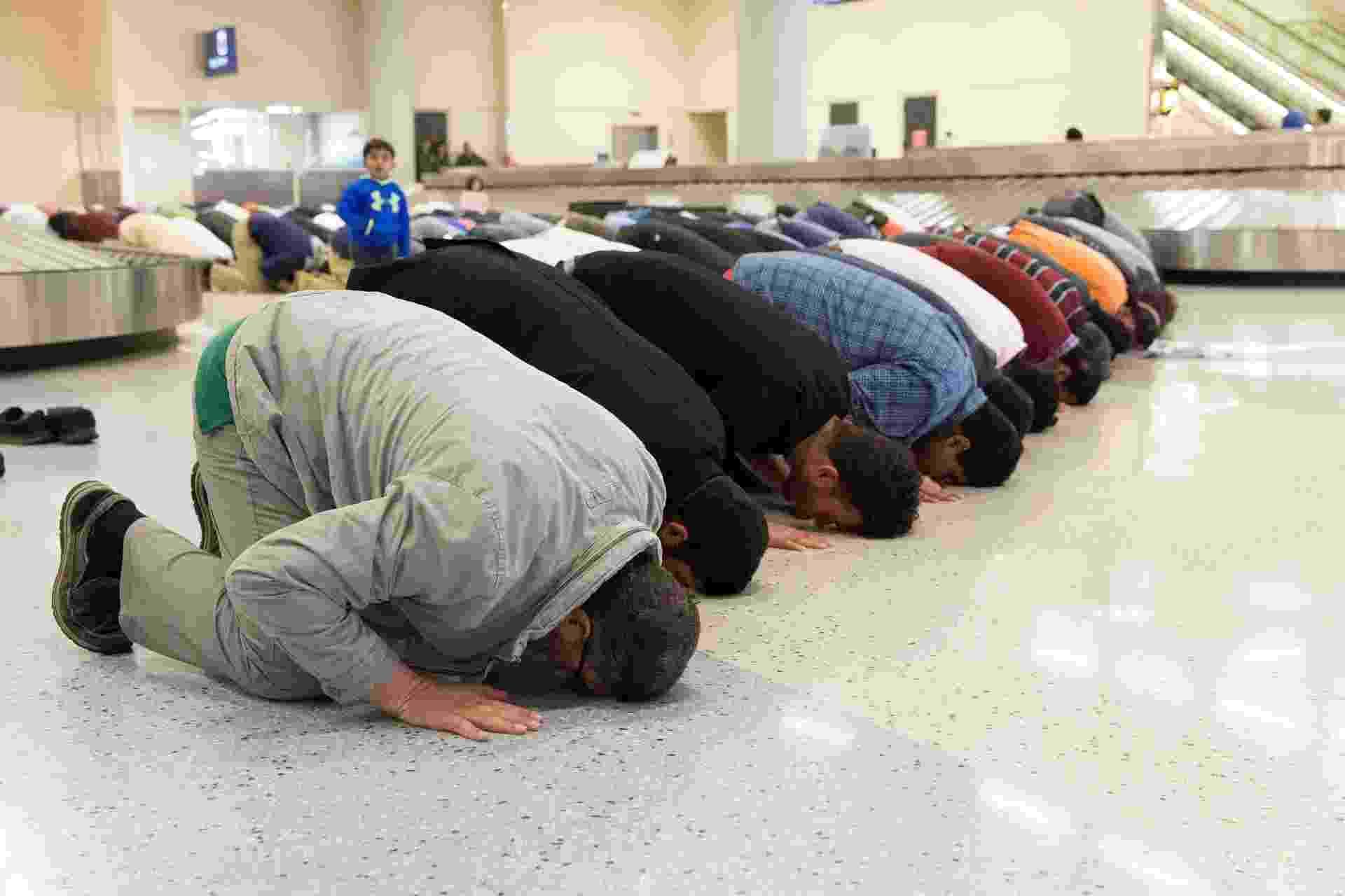 29.jan.2017 - Pessoas rezam na área de retirada de bagagens do aeroporto de Dallas durante ato contra a ordem executiva de Donald Trump que barra a entrada de cidadãos de sete países de maioria muçulmana - Laura Buckman/Reuters
