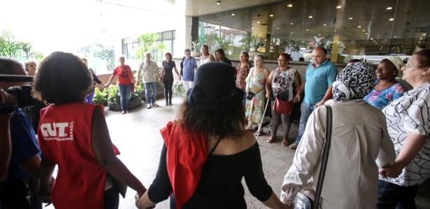 Militantes dão as mãos e rezam um pai-nosso e uma ave-maria em homenagem à Marisa