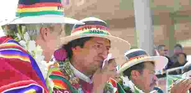 O presidente da Bolívia (centro), Evo Morales, se emociona ao inaugurar Museu da Revolução Democrática e Cultural, em Orinoca, ao lado de seu vice (esq), Álvaro García Linera - Freddy Zarco/ABI