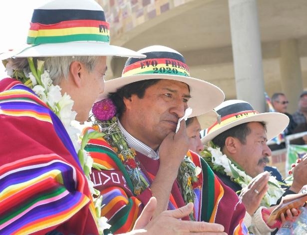 O presidente da Bolívia (centro), Evo Morales, se emociona ao inaugurar Museu da Revolução Democrática e Cultural, em Orinoca, ao lado de seu vice (esq), Álvaro García Linera
