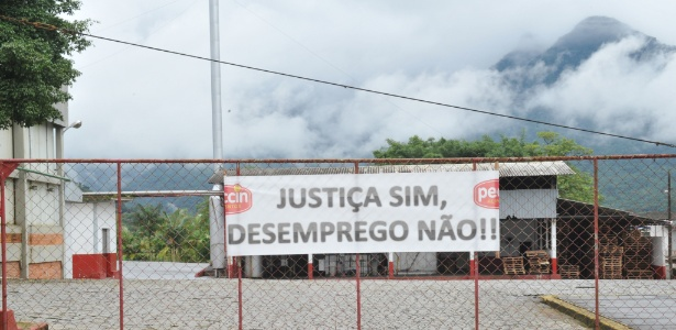 23.mar.2017 - Faixa de protesto na Peccin em Jaraguá do Sul (SC)