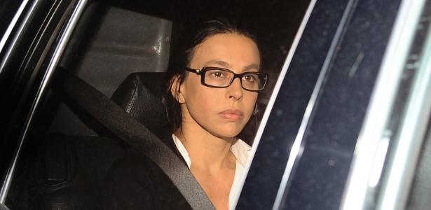 Ex-primeira-dama Adriana Ancelmo, ao chegar ao seu prédio para prisão domiciliar