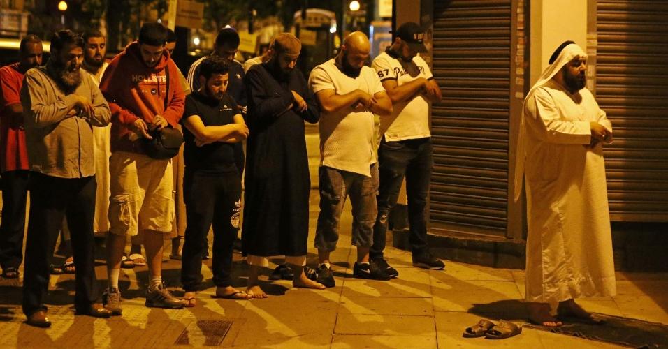 18.jun.2017 - Pessoas se reúnem para rezar após atropelamento em Finsbury Park, no norte de Londres; o acidente aconteceu após o culto em uma mesquita próxima ao local