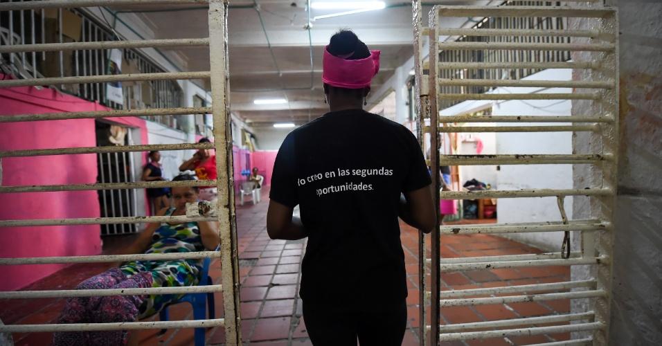 Arleth Martinez, detenta da prisão San Diego, em Cartagena (Colômbia), segue para o trabalho no restaurante gourmet da detenção