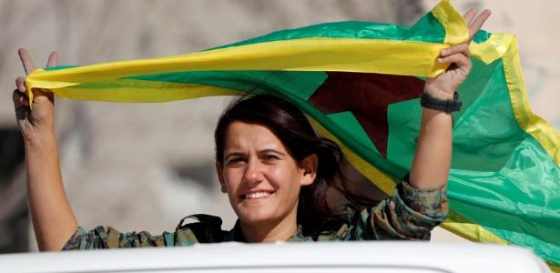 """Com bandeiras e fazendo """"V"""" de vitória, mulheres foram às ruas comemorar"""