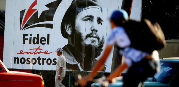 Homem passa em frente a poster com imagem de Fidel Castro em Havana - Yamil Lage/AFP Photo