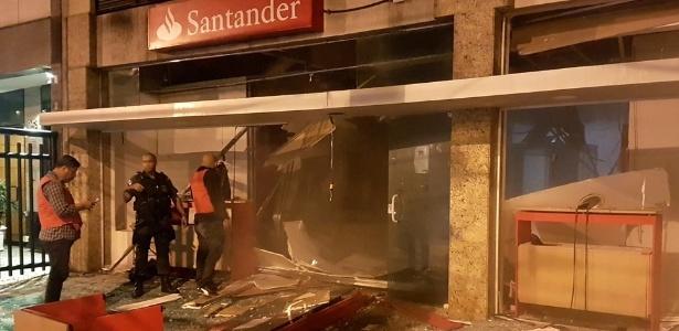 Foto publicada em grupo no Facebook mostra agência bancária destruída após a explosão