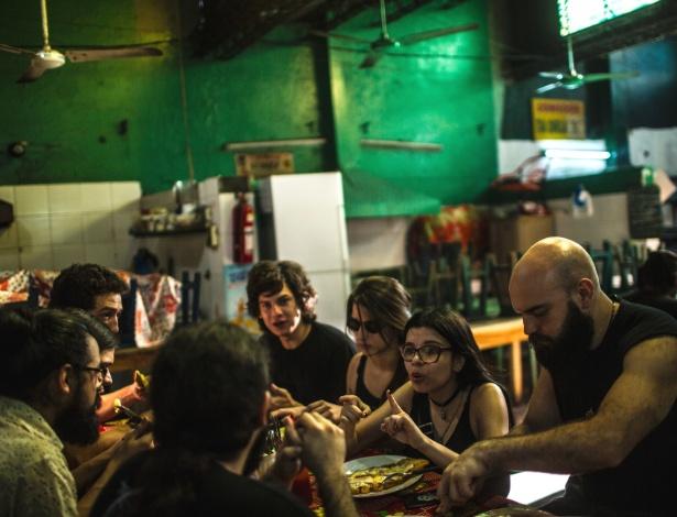 Amigos paraguaios conversam em yopará, um dialeto do guarani
