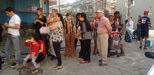 Pessoas formam fila para tomar vacina contra febre amarela em posto de saúde do Bom Retiro