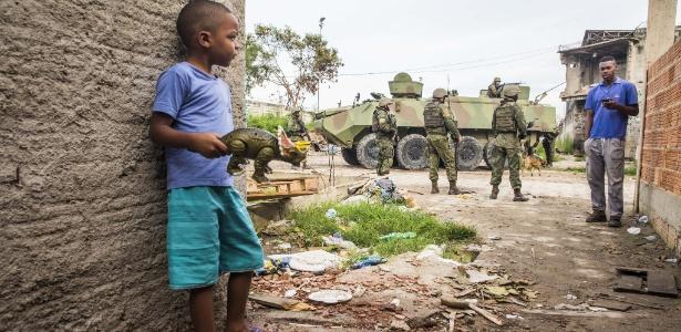 """Exército brasileiro faz patrulha dentro da favela Kelson""""s, zona norte do Rio de Janeiro - Danilo Verpa -20.fev.2018/Folhapress"""