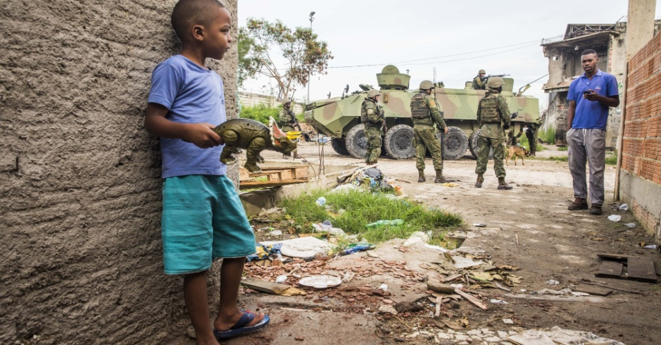 20.fev.2018 - Exército brasileiro faz patrulha dentro da favela Kelson's, zona norte do Rio de Janeiro