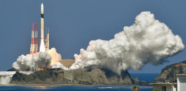 Um foguete H-2A levando um satélite é lançado em Kagoshima, no Japão
