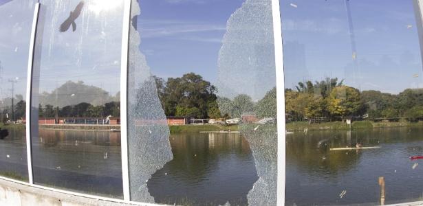 Muro de vidro da raia olímpica da USP quebrado na manhã de sexta - Uriel Punk/Photo Premium