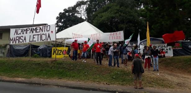 28.abr.2018 - Manifestantes protestam no acampamento Marisa Letícia, que reúne apoiadores do ex-presidente Luiz Inácio Lula da Silva. Duas pessoas teriam sido atingidas por tiros efetuados contra o acampamento