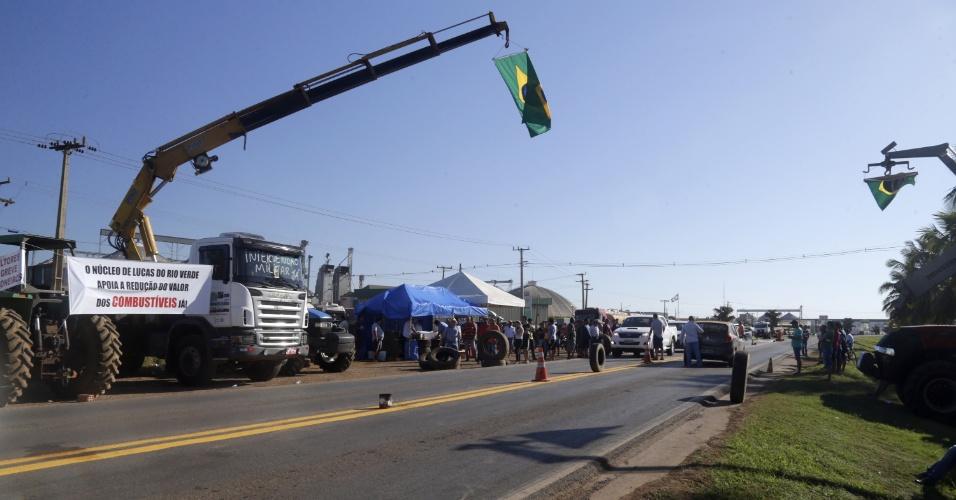 Caminhoneiros seguem em greve em Lucas do Rio Verde (MT), na manhã desta sexta-feira (25). O protesto é motivado pelos constantes aumentos do preço do diesel