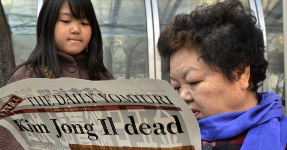 Kim Jong-il morreu em 17 de dezembro de 2011, aos 69 anos, tornando Jong-un o novo líder do país. Na foto, japoneses leem em Tóquio a notícia da morte.
