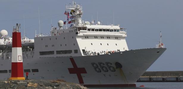 Navio-hospital chinês prepara-se para atracar no porto de La Guaira, na Venezuela - Manaure Quintero/Reuters