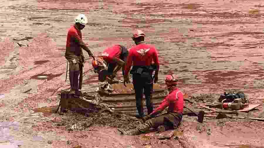 Bombeiros buscam vítimas da tragédia em Brumadinho, após rompimento da barragem da mineradora Vale - Divulgação