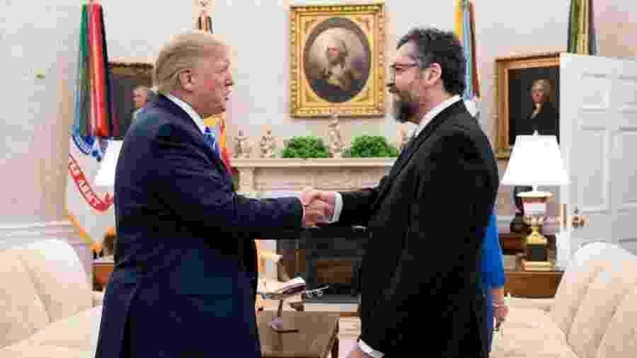 O presidente dos EUA, Donald Trump, cumprimenta o chanceler brasileiro, Ernesto Araújo, na Casa Branca - Reprodução/Twitter