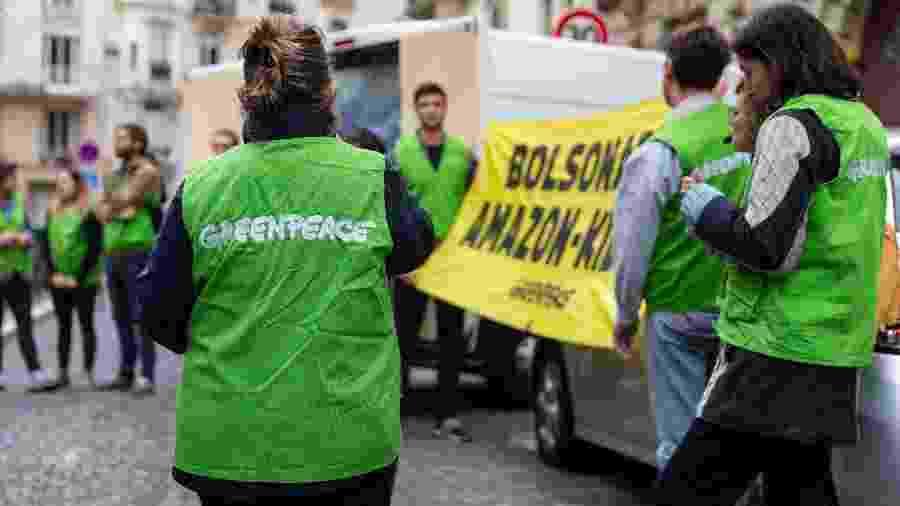 Ativistas do Greenpeace em frente à residência do embaixador do Brasil em Paris - AFP