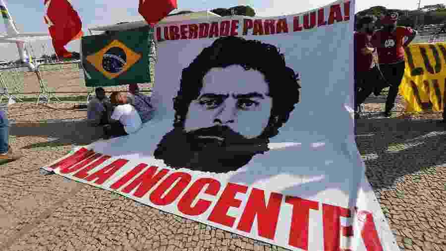 7.nov.2019 - Manifestantes simpatizantes do ex-presidente Luiz Inácio Lula da Silva protestam diante do Supremo Tribunal Federal (STF), em Brasília - Dida Sampaio/Estadão Conteúdo