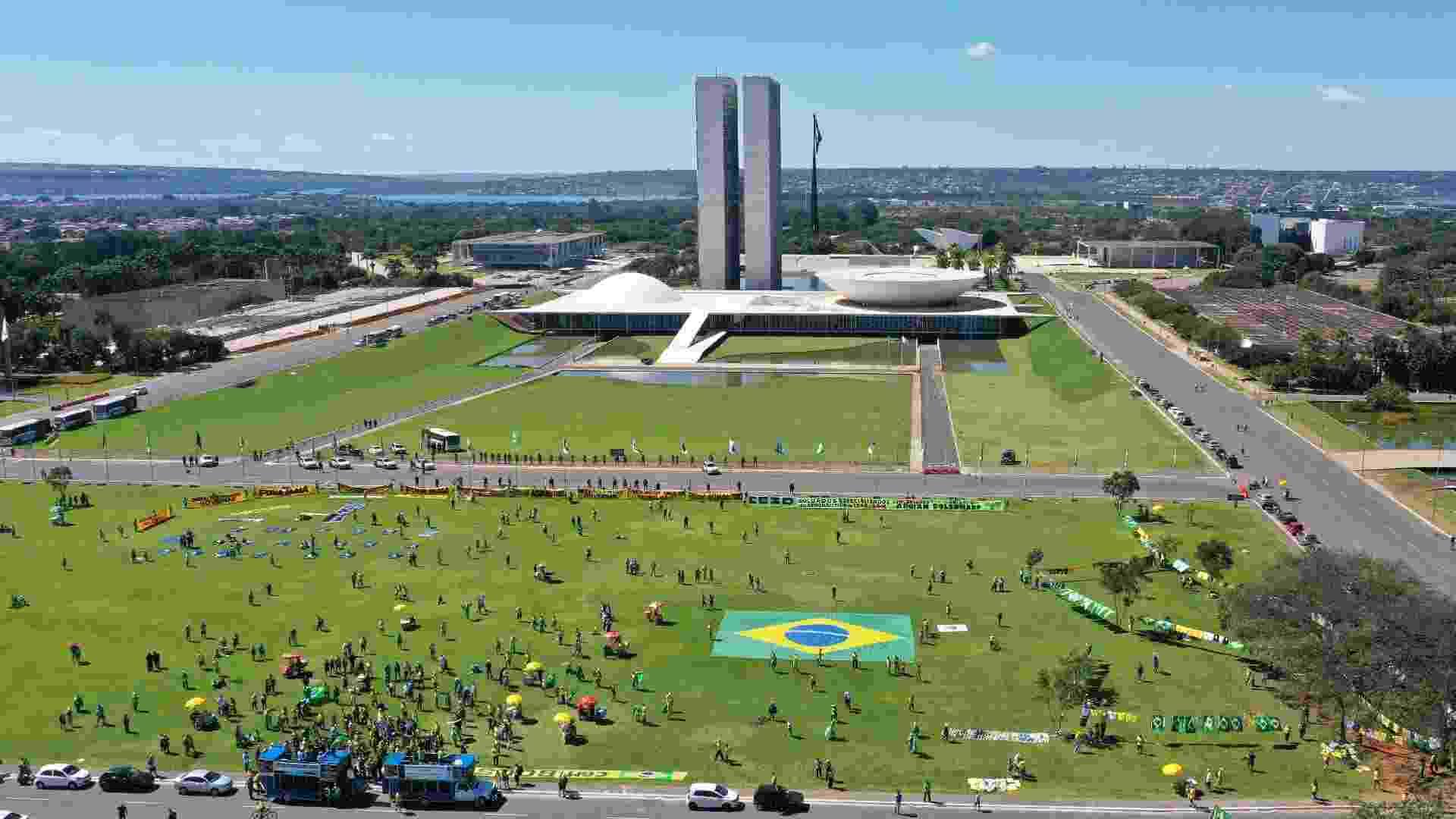 Apoiadores de Jair Bolsonaro fazem carreata em Brasília neste domingo, um dia após o ex-ministro Sérgio Moro depor na Polícia Federa - Dida Sampaio/Estadão Conteúdo
