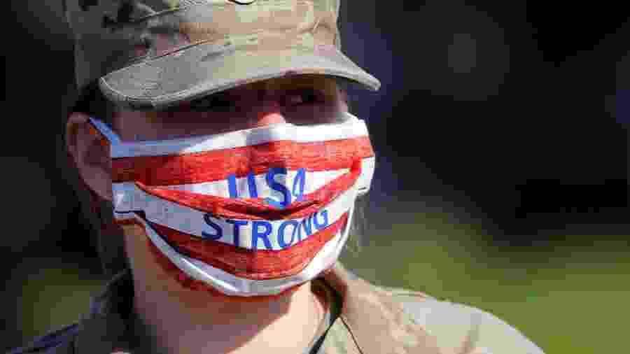 Integrante da Guarda Nacional dos EUA de Massachusetts com máscara de proteção em Boston -