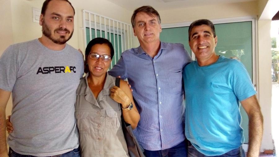 Wal do Açaí posa entre o vereador do Rio, Carlos Bolsonaro, e o presidente da República, Jair Bolsonaro - Facebook Wal do Açaí
