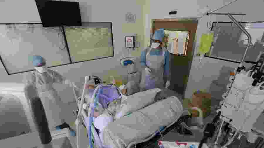 Médicos usam trajes e máscara de proteção para tratar paciente com covid-19 em UTI de hospital em Marselha, na França - REUTERS/Eric Gaillard/File Photo