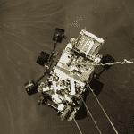 Robô Perseverance quando estava pousando em Marte, visto do foguete que auxiliou em sua descida - Nasa
