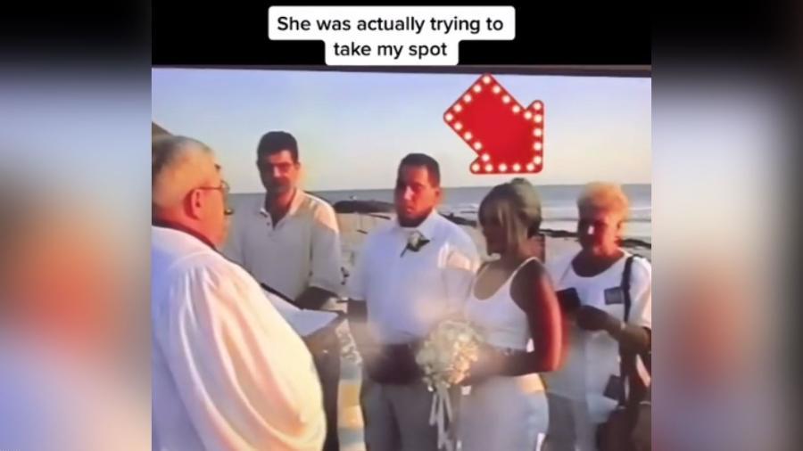Sogra tenta ocupar lugar da noiva durante cerimônia de casamento  - Reprodução/TikTok/@hey_heypaula