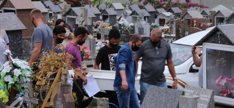 05.mai.2021 - Enterro de uma das cinco vítimas do ataque a uma creche em Saudades (SC), no Cemitério Municipal da cidade - MÔNIA CRIS/ESTADÃO CONTEÚDO