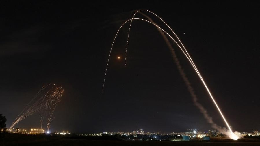 Sistema de defesa de Israel é lançado para interceptar um foguete em Ashdod - Menahem Kahana/AFP