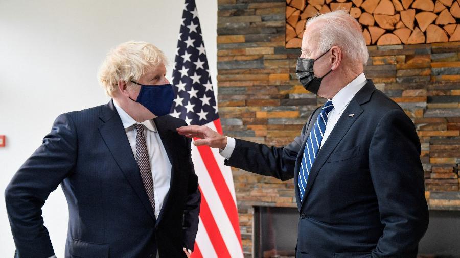 Johnson e Biden se encontraram pela primeira vez -  TOBY MELVILLE / POOL / AFP