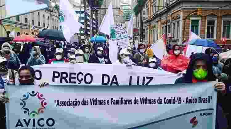 Paola e Gustavo seguram faixa da Avico durante protesto de 19 de junho - ARQUIVO PESSOAL - ARQUIVO PESSOAL