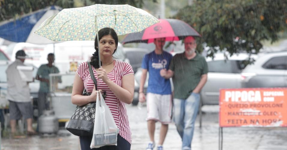 29.nov.2015 - Candidatos enfrentam chuva na entrada da Escola Politécnica da USP (Universidade de São Paulo), na zona este de São Paulo. Eles farão a primeira fase da Fuvest 2016 neste domingo